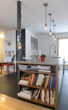 Larges tuiles grises, comptoir de quartz effet béton, murs blancs et noyer composent un décor invitant dans la cuisine. (Le Soleil, Jean-Marie Villeneuve)