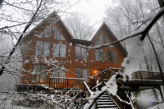 L'arrière de la maison avec ses deux toits pointus prend des allures de chalet sous la neige. (Le Soleil, Jean-Marie Villeneuve)