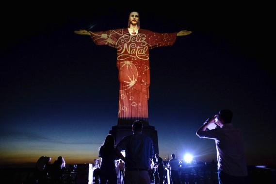 La statue du Christ rédempteur de Rio de Janeiro, au Brésil, illuminée par l'artiste Gaspare Di Caro. (AFP, Yasuyoshi Chiba)