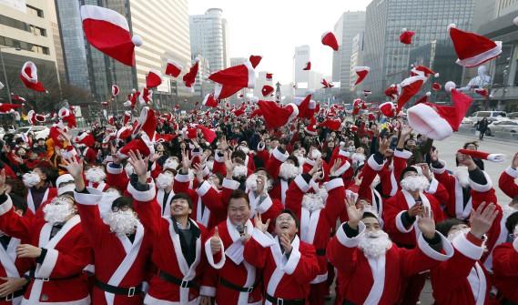 Des centaines de pères Noël bénévoles sont rassemblés le 24 décembre au centre-ville de Séoul, en Corée du Sud, pour distribuer des cadeaux aux plus démunis. (AP, Lee Jin-man)