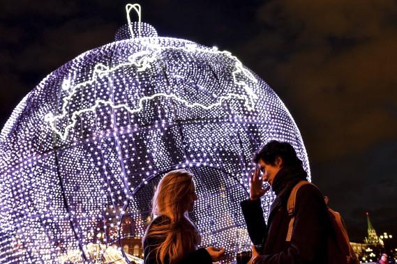 Un couple profite des décorations de Noël installées à la Place du Manège de Moscou. (AFP, Kirill Kudryavtsev)