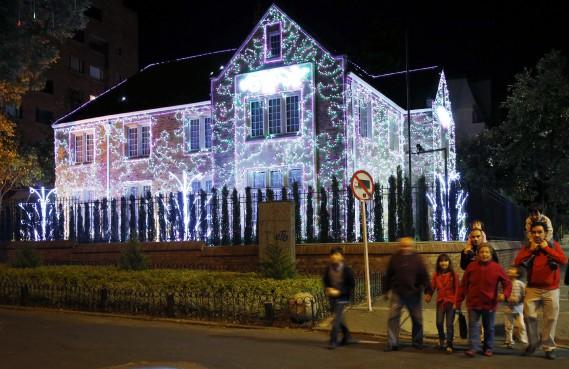 Une maison généreusement illuminée à Bogota, en Colombie, à l'occasion du temps des Fêtes. (AP, Fernando Vergara)