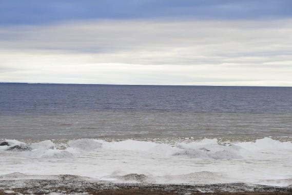 Le lac Saint-Jean est encore tout en eau. Il a d'ailleurs été possible d'apercevoir des plaisanciers sur le plan d'eau dans la journée de jeudi et vendredi. (Photo Le Quotidien, Gimmy Desbiens)