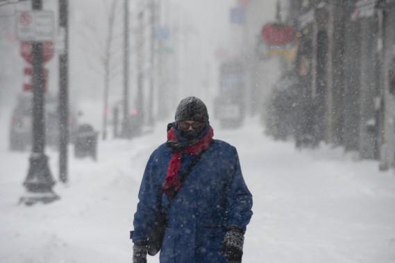 Il fallait être bien emmitouflé pour se frayer un chemin dans la tempête, mardi, à Trois-Rivières. Les lunettes étaient de mise, avec des rafales de vent soufflant jusqu'à 41 kilomètres à l'heure. (Sylvain Mayer)