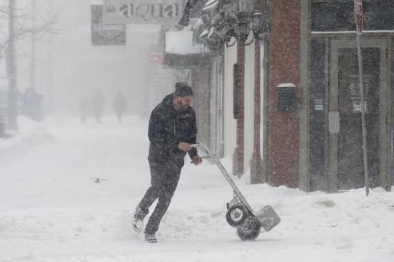 Ce livreur, à l'instar de ses collègues, ne l'a pas eu facile, mardi, alors que les trottoirs étaient tout de neige. (Sylvain Mayer)