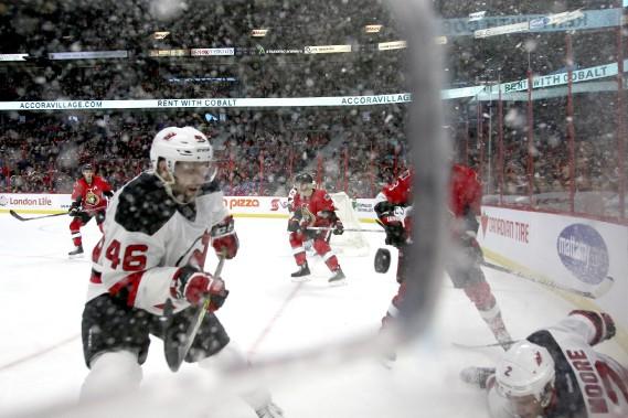 La neige est également tombée devant la lentille du photographe au Centre Canadian Tire. (Patrick Woodbury, LeDroit)