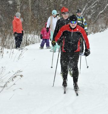 Avec les légers flocons et les -3 degrés Celsius, les amateurs de ski de fond, de marche et de raquettes ont pu s'en donner à coeur joie. (Photo Le Progrès-Dimanche, Rocket Lavoie)