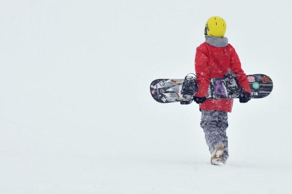 Les résidants de la région ont pu profiter du temps doux des derniers jours et des congés du Nouvel An pour s'amuser à l'extérieur. Samedi, le parc Rivière-du-Moulin de Chicoutimi a été pris d'assaut par les amateurs de plein air, alors que les motoneigistes circulaient dans les sentiers et que les skieurs dévalaient les pentes. Ici, un adolescent remonte les pentes du Mont-Fortin, à Jonquière, avant de s'élancer sur sa... (Photo Le Progrès-Dimanche, Rocket Lavoie)