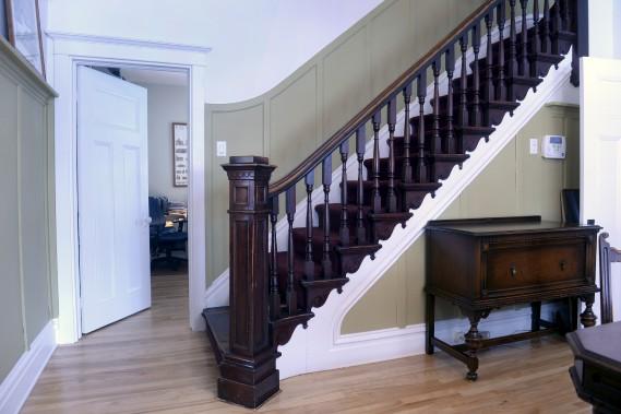 Cet escalier est l'oeuvre d'Eugène-Joseph Bussières, premier propriétaire de la maison, qui travaillait dans l'ébénisterie et la décoration religieuse. On retrouve des escaliers semblables au Château Bonne Entente, dans certaines églises et presbytères. (Le Soleil, Jean-Marie Villeneuve)