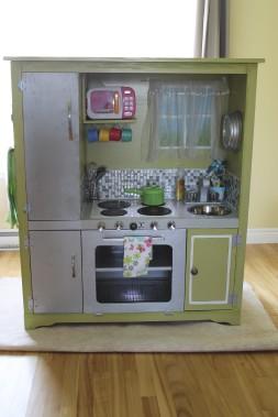 Cette cuisine fabriquée avec un ancien meuble de téléviseur a fait fureur sur Facebook. (Fournie par Mélissa Robitaille)