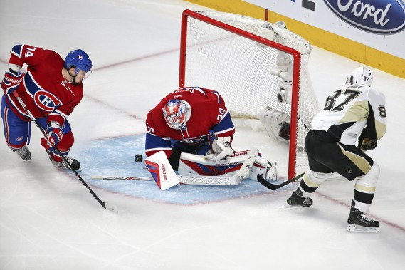 Mike Condon réalise l'arrêt devant Sidney Crosby. (Photo Robert Skinner, La Presse)