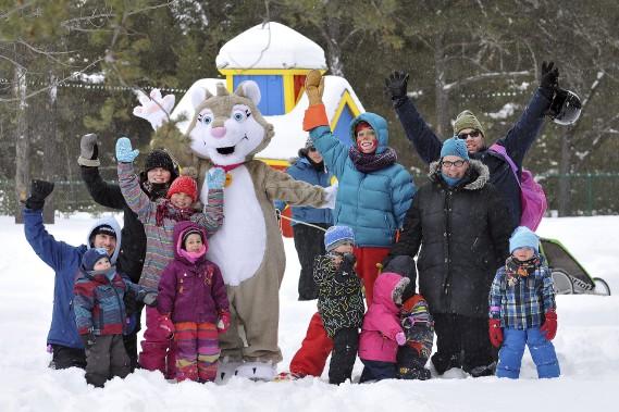 Atchoum et la mascotte Glaçon ont pris la pose avec des familles en visite devant la maison colorée de la porte-parole. (Photo Le Progrès-Dimanche, Rocket Lavoie)