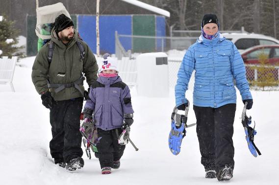 Des dizaines de familles étaient prêtes à débourser plusieurs dollars, samedi lors de l'ouverture hivernale du parc Mille Lieux de la colline, pour patiner, glisser et se promener en raquettes en profitant de la présence de la porte-parole Atchoum. (Photo Le Progrès-Dimanche, Rocket Lavoie)