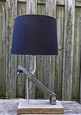 Lampe de bureau fabriquée à partir d'un bras de suspension inférieur recyclé, provenant d'une Porsche 996 Carrera 9 112 002, 380 $ (LampArtz)