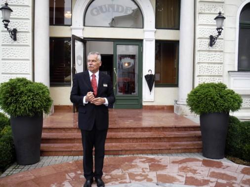 Tade Alfoldy, maître d'hôtel de Gundel, le restaurant centenaire de Budapest. On peut y déguster un repas, le midi, pour moins de 20$. (Pierre Jury, LeDroit)