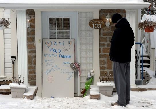 Sur le pas de la porte de la maison des Carrier, Nicolas a déposé une gerbe de fleurs avec une photographie de son ami Charles-Élieet lui à ses 11 ans. (Le Soleil, Erick Labbé)