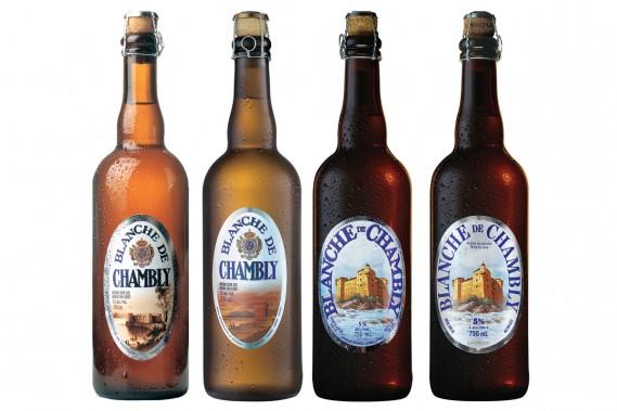 La première bière d'Unibroue, la Blanche de Chambly, est lancée en 1992. On voit ici l'évolution de son design. (PHOTO FOURNIE PAR UNIBROUE)