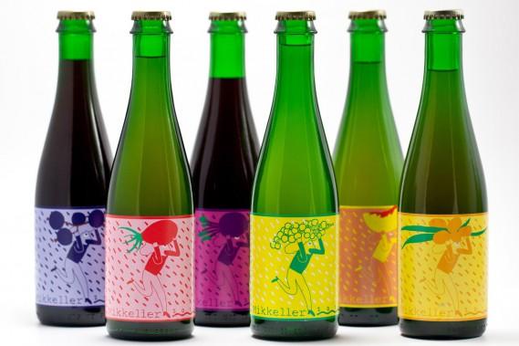 La danoise Mikkeller, qui embouteille plus de 600 différentes bières, emploie un illustrateur de Pennsylvanie afin de promouvoir une image à la fois «étrange et cool». Très colorées, les illustrations présentent des personnages aux traits un peu naïfs. Ici, la série des Spontan ales. (PHOTO FOURNIE PAR MIKKELLER)