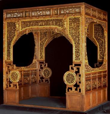 Lit d'inspiration impériale fait de bois de rose huanghuli et de laque. Il a été fabriqué en Chine, vers 1880. Il s'agit d'une donation du Musée chinois des missions des Jésuites. (Pierre Soulard)