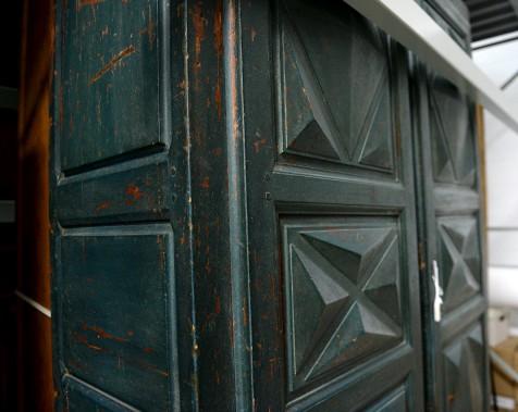 Une armoire québécoisequi date du milieu du XVIII<sup>e</sup> siècle et est encore «dans un étatextraordinaire», fait remarquerle conservateur Christian Denis. (Le Soleil, Erick Labbé)
