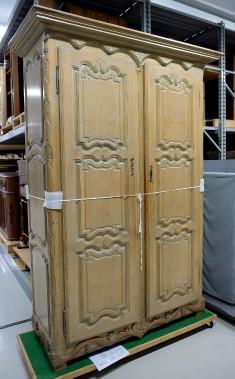 D'inspiration Régence, cettearmoire du milieu du XVIII<sup>e</sup> siècle, de Batiscan, faisait partie de la collection Coverdale. Elle a longtemps trôné dans le bureau du premier ministre du Québec. (Le Soleil, Erick Labbé)