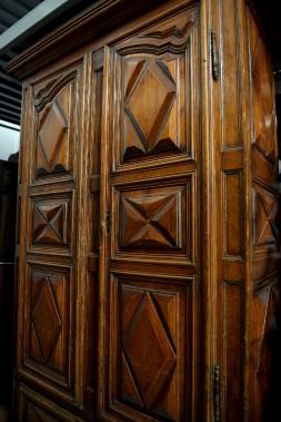 Parce qu'elle est dotée d'un tiroir inférieur, cette grande armoire du milieu du XVIIIe siècle (collection Coverdale) est parfois appelée «armoire de chambre». Elle servait de garde-robe. Elle témoigne de la fortune de son premier propriétaire. (Le Soleil, Erick Labbé)