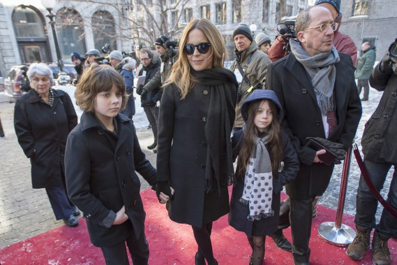 Julie Snyder en compagnie de ses enfants Thomas et Romy. (PHOTO LA PRESSE CANADIENNE)