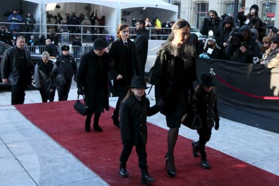 Céline Dion tient la main des jumeaux Eddy et Nelson. En arrière, on voit son fils René-Charles et sa mère Thérèse Dion. (PHOTO REUTERS)