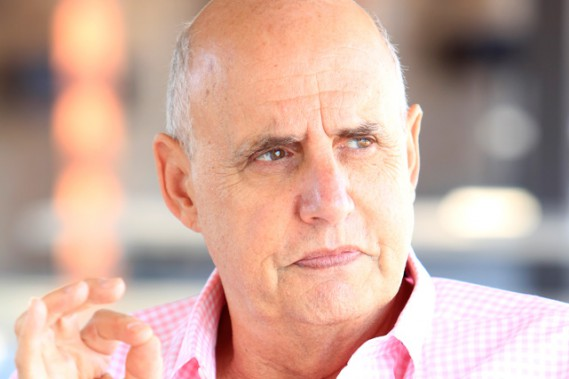 Jeffrey Tambor incarne Mort/Maura. (Crédit photo: Amazon Studios)