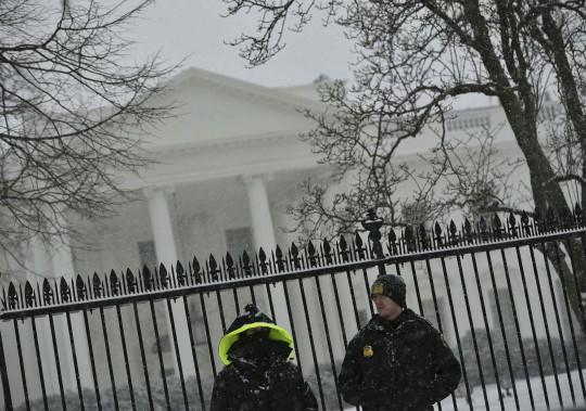 En quelques heures, la tempête Jonas - déjà surnommée «Snowzilla» - a recouvert d'un épais manteau de neige l'est des États-Unis, dont la capitale, Washington. (AFP)