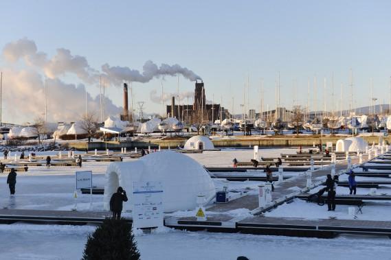 La pêche blanche est de retour au Bassin Louise, dans le Port de Québec. Depuis l'ouverture du Village Nordik, jeudi, quelque 700 pêcheurs ont taquiné le poisson caché sous l'épaisse glace. (Le Soleil, Caroline Grégoire)