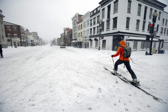 PLus facile de se déplacer en ski de fond qu'en voiture à Georgetown, près de Washington. (Associated Press)