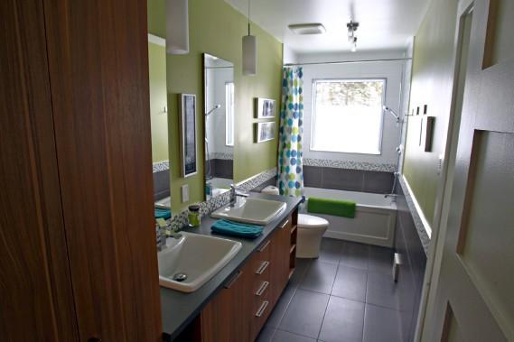 La fenêtre d'inox de la salle de bain a été agrandie. La pièce communique avec la salle de lavage, qui a un accès direct à la cour et à sa piscine. (Le Soleil, Pascal Ratthé)