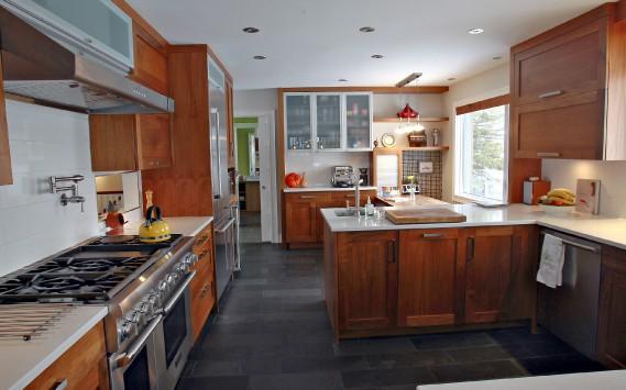 La cuisine est dotée d'armoires de noyer, de comptoirs en quartz et d'un plancher d'ardoise radiant. (Le Soleil, Pascal Ratthé)