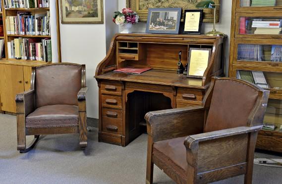 Le mobilier ayant appartenu à l'abbé Honorius Provost, archiviste du Séminaire de Québec, un pilier de la SHQ, très impliqué de 1938 à 1988. ()