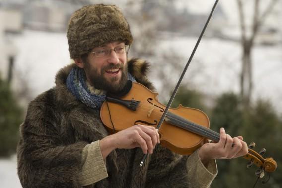 Francois Allard a joué du violon au Domaine des flocons. (Martin Roy, LeDroit)