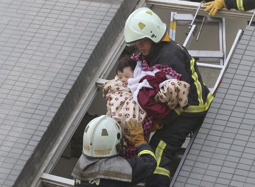 Neuf personnes ont été retrouvées sans vie dans les décombres de la tour de 16 étages, dont un nourrisson de 10 jours et deux autres enfants. (AP)