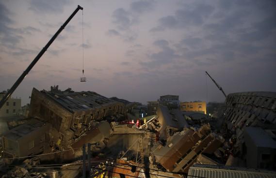 Samedi soir, heure de Taïwan, les secours continuaient de fouiller les décombres d'un immeuble de 16 étages où environ 30 résidents seraient encore pris au piège. (AP, Wally Santana)