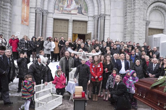 Après la cérémonie, les familles des victimes ont fait voler des colombes en mémoire des disparus. (AFP,  FLORENCE CASSISI)
