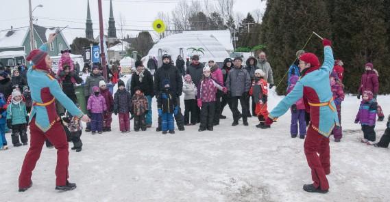 La troupe Les Fous du Roi anime le site de Saguenay en Neige. ()
