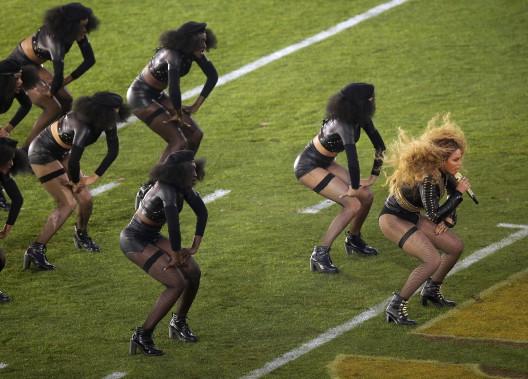 Beyonce aannoncé une nouvelle tournée dans une publicité diffusée immédiatement après sa participation au spectacle de la mi-temps. (AP, Charlie Riedel)