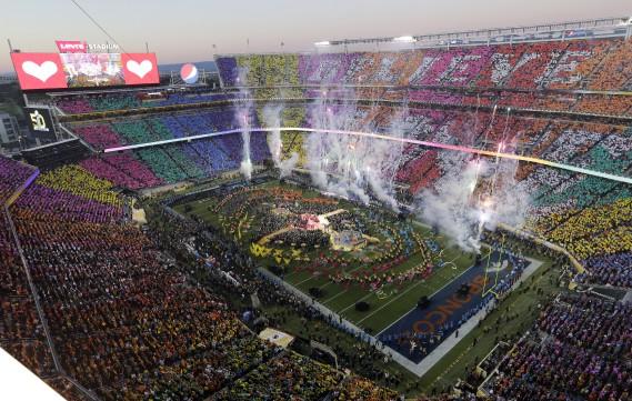 Dans une explosion de couleurs psychédéliques, le traditionnel spectacle du Super Bowl a tenu en haleine dimanche les quelque 65 000 spectateurs. (AP, Morry Gash)