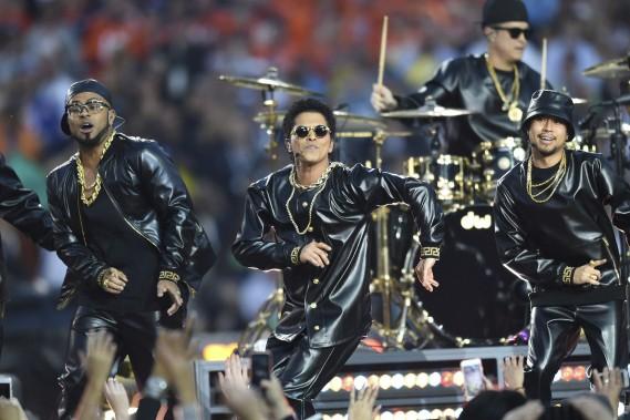 Bruno Mars a été accueilli triomphalement pour son interprétation de <em>Uptown Funk</em>. (AFP, Timothy A. Clary)