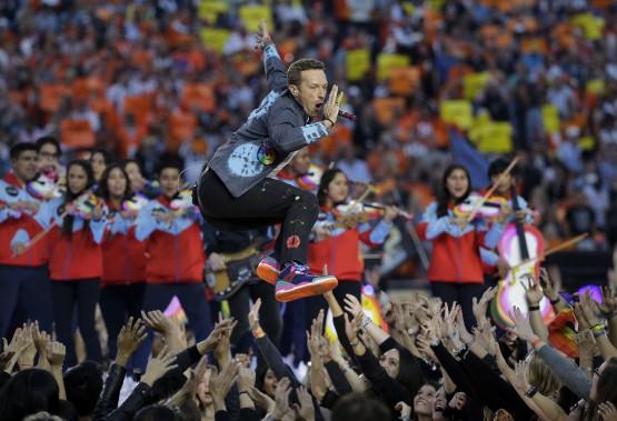 Le chanteur de Coldplay, Chris Martin, lors du spectacle de la mi-temps (AP, David J. Phillip)