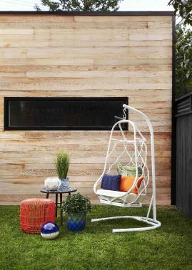 Au jardin, les chaises auront du caractère cet été, comme ce fauteuil suspendu. (Photo fournie par HomeSense)