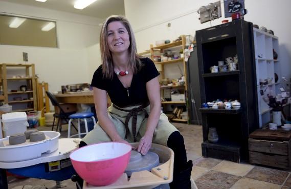 La céramiste Estelle Dezauziers en train de tourner dans son atelier. (Photo Le Soleil, Erick Labbé)