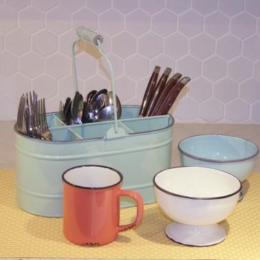 <span><span><span>La cuisine se teinte de couleurs pastels et prend des airs «vintage». </span></span></span><span><span><span>- Panier en fer émaillé. </span></span></span><span><span><span>- Bols en fer émaillé.- Tasse en porcelaine, Abbott.</span></span></span> (Mélissa Bradette)