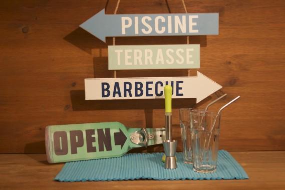 <span><span><span>Articles de style rétro pour le bar ou la terrasse.- Ouvre-bouteille rétro- Pancarte personnalisée- Kit pour mojito de Ibili.</span></span></span> (Mélissa Bradette)