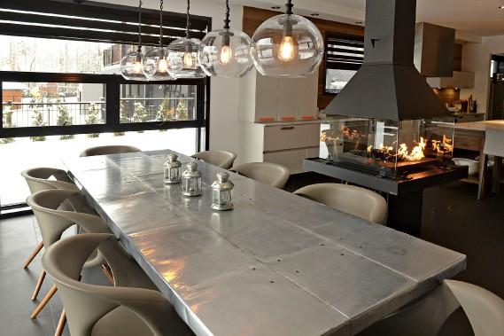 Cinq luminairesde la firme Four Hands surmontent une table en inox de style industriel et des chaises moulées dans le latex. (Le Soleil, Patrice Laroche)