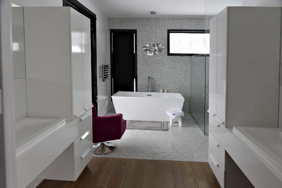 Cette salle debain fait partie d'une suitequi comprendla chambreprincipale,un <i>walk-in</i> etun accès directà un balcon(à gauche dela baignoire). (Le Soleil, Patrice Laroche)